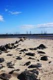 Tiri con le rocce che piombo nell'acqua fotografie stock
