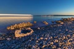Tiri con le strutture di pietra e passare le luci della barca alla notte Fotografia Stock