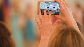 Tiri della donna sul dancing dello smartphone alla palla storica immagini stock libere da diritti