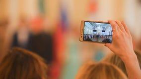 Tiri della donna sul dancing dello smartphone alla palla storica fotografia stock libera da diritti