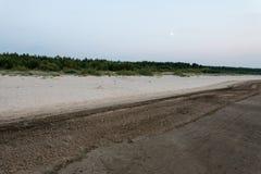 Tiri dopo il tramonto con la sabbia e le nuvole fotografia stock