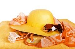 Tiri gli elementi in secco un cappello, un asciugamano e pantofole, è isolato su bianco Fotografia Stock