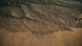 Tiri il metraggio, la vista di oceano stupefacente dalla spiaggia sabbiosa e le onde in secco all'orizzonte Fotografie Stock