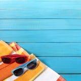 Tiri il quadrato in secco di legno blu degli occhiali da sole del confine del fondo di vacanze estive Immagine Stock Libera da Diritti