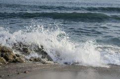Tiri il tramonto in secco sull'isola di festa con l'alta onda Fotografia Stock Libera da Diritti