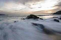 Tiri il tramonto in secco sull'isola di festa con l'alta onda Fotografie Stock Libere da Diritti