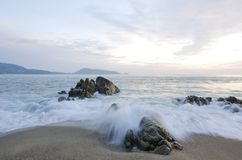Tiri il tramonto in secco sull'isola di festa con l'alta onda Fotografia Stock
