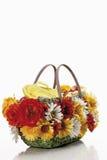 Tiri la borsa in secco con i Flip-flop, gli occhiali da sole e l'asciugamano immagine stock libera da diritti