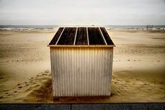 Tiri la cabina in secco che sta nella sabbia vicino alla diga fotografia stock libera da diritti