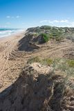 Tiri la duna in secco di sabbia il giorno soleggiato nel parco nazionale di Coorong, Aus del sud Immagini Stock
