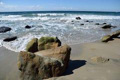 Tiri la formazione rocciosa in secco sulla spiaggia in Laguna Beach del sud, la California del canyon dell'uccellino azzurro Immagini Stock