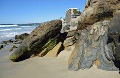 Tiri la formazione rocciosa in secco sulla spiaggia in Laguna Beach del sud, la California del canyon dell'uccellino azzurro Fotografia Stock