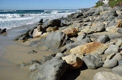 Tiri la formazione rocciosa in secco sulla spiaggia in Laguna Beach del sud, la California del canyon dell'uccellino azzurro Immagini Stock Libere da Diritti