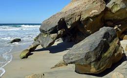 Tiri la formazione rocciosa in secco sulla spiaggia in Laguna Beach del sud, la California del canyon dell'uccellino azzurro Immagine Stock Libera da Diritti