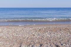 Tiri la priorità alta ed il mare in secco blu dell'onda con il cielo pulito Fotografia Stock Libera da Diritti