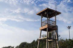 Tiri la torre in secco di guardia per guardare la gente intorno alla spiaggia ed al mare Immagine Stock Libera da Diritti