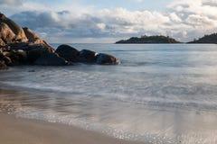 Tiri la vista in secco al mare un il giorno soleggiato immagine stock libera da diritti