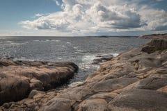 Tiri la vista in secco al mare un il giorno soleggiato fotografie stock