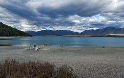 Tiri le attività in secco dal lago Tekapo, isola del sud della Nuova Zelanda Immagine Stock