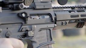 Tiri maschii con un'arma da fuoco, fucili da caccia all'aperto video d archivio