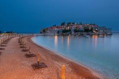 Tiri prima di Sveti Stefan Island verso la fine della sera, Montenegro Immagini Stock Libere da Diritti