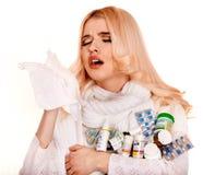 Tiri su col naso la donna con il fazzoletto che ha freddo Fotografia Stock