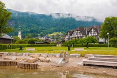 Tiri sul lago Wolfgangsee con il campo da giuoco un giorno di estate nebbioso Fotografia Stock