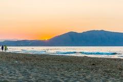 Tiri sul tramonto in villaggio Kavros nell'isola di Creta, Grecia Acque magiche del turchese, lagune Fotografie Stock