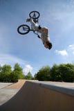 Tirón posterior del truco de la bici de BMX Imagenes de archivo