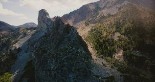 Tiro aéreo épico del fondo del camino hermoso y del canto grande masivo de la montaña rocosa en el parque nacional de Yosemite, C metrajes