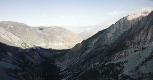 Tiro aéreo épico del fondo del canto grande masivo hermoso de la montaña rocosa en el parque nacional de Yosemite, California los metrajes