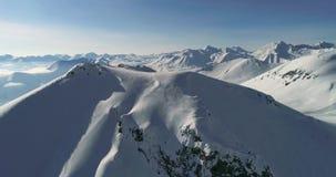 tiro aéreo asombroso del pico nevoso en las montañas georgianas Vídeo a cámara lenta del abejón almacen de video