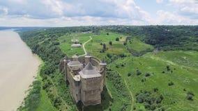 Tiro aéreo Castillo viejo cerca del río Castillo de Hotin en Ucrania Europa Oriental almacen de metraje de vídeo