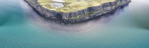 Tiro aéreo cinemático do litoral dramático nos penhascos perto da cachoeira famosa da rocha do kilt, Skye Imagem de Stock Royalty Free