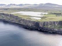Tiro aéreo cinemático do litoral dramático nos penhascos perto da cachoeira famosa da rocha do kilt, Skye Foto de Stock