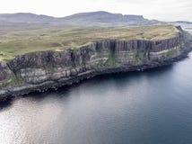 Tiro aéreo cinemático do litoral dramático nos penhascos perto da cachoeira famosa da rocha do kilt, Skye Fotografia de Stock