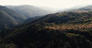 Tiro aéreo com movimento lento sobre montanhas bonitas com contraste alto filme