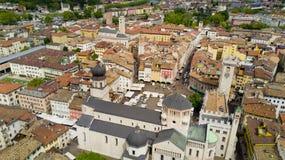 Tiro aéreo com o zangão em Trento Foto de Stock