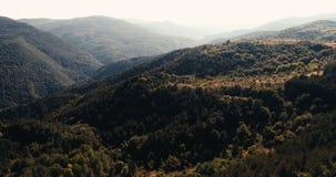 Tiro aéreo con movimiento lento sobre las montañas hermosas con alto contraste almacen de metraje de vídeo