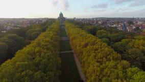 Tiro aéreo da aleia bonita do parque do outono, parque Elisabeth de Bruxelas vídeos de arquivo