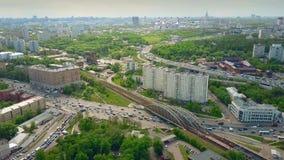 Tiro aéreo da arquitetura da cidade e do tráfego congestionado em Moscou nas horas de ponta fotografia de stock