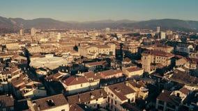 Tiro aéreo da baixa altura da arquitetura da cidade de Terni e de montanhas circunvizinhas  filme