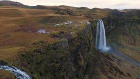 Tiro aéreo da cachoeira de Seljalandsfoss video estoque