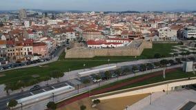 Tiro aéreo da cidade de Povoa de Varzim, Portugal com o forte de Napoleão velho no primeiro plano, voando lentamente para trás vídeos de arquivo