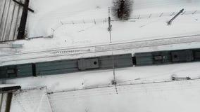 Tiro aéreo da continuação no passeio cinzento do trem na estrada da estrada de ferro no tempo de inverno vídeos de arquivo