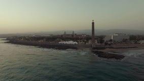 Tiro aéreo da costa de Gran Canaria com farol video estoque