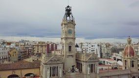 Tiro aéreo da Espanha, do Valência, vista aérea em telhados vermelhos, estradas e quadrados filme