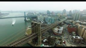 Tiro aéreo da extremidade da ponte de Brooklyn com tráfego de carro nele vídeos de arquivo