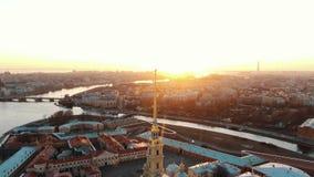Tiro aéreo da fortaleza de Peter e de Paul na ilha de Zayachy no por do sol, centro da cidade histórico de St Petersburg vídeos de arquivo