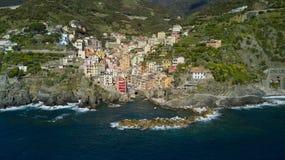 Tiro aéreo da foto com o zangão em Riomaggiore um do Cinqueterre famoso Fotografia de Stock